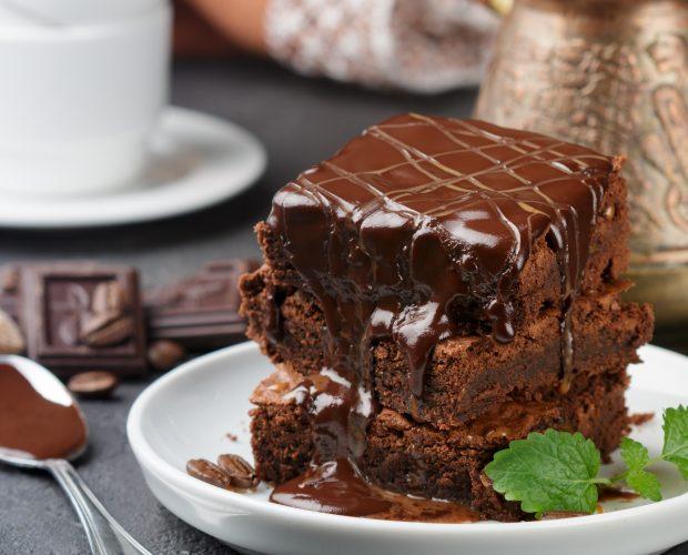 brownie au chocolat avec une feuille de menthe
