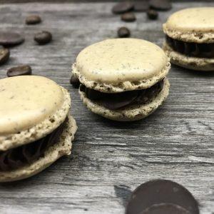 Macaron au café et au chocolat avec des grains de café